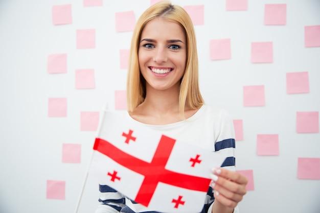 Donna che mantiene la bandiera della georgia