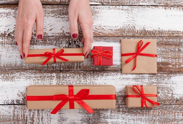 Contenitori di regalo della holding della donna con il nastro