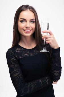 Donna che mantiene un bicchiere di champagne