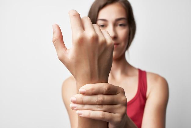 Donna che tiene la mano dolore problemi di salute medicina trattamento