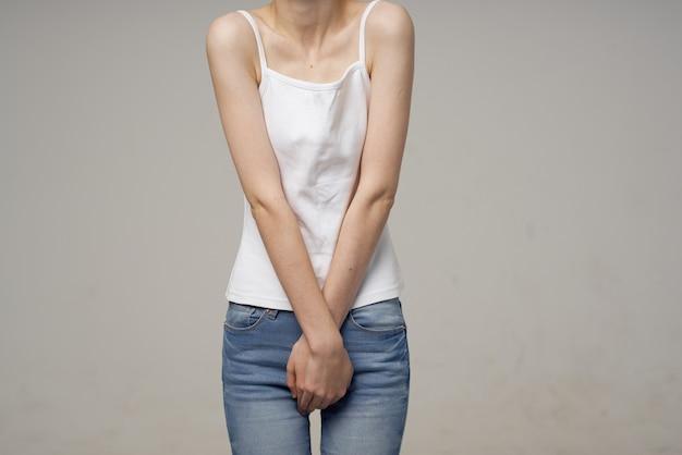 Donna che tiene le mani vicino alle mestruazioni di problemi di salute di ginecologia all'inguine