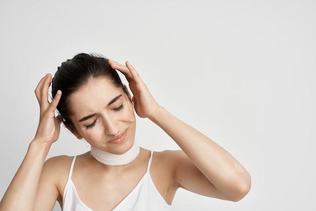 Donna che si tiene la testa mal di testa depressione emicrania
