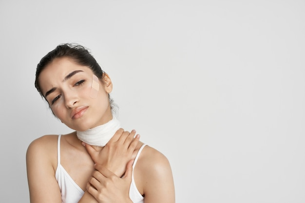Donna che tiene il suo trauma cranico problemi di salute sfondo chiaro