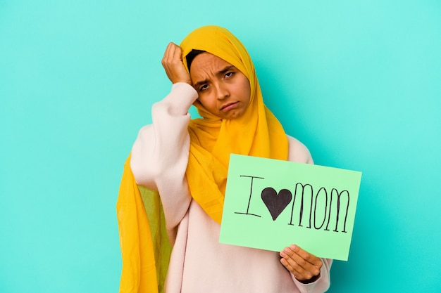 Donna che tiene un cartello i love mom essere scioccata