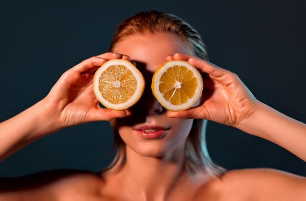 Limoni della holding della donna davanti ai suoi occhi.
