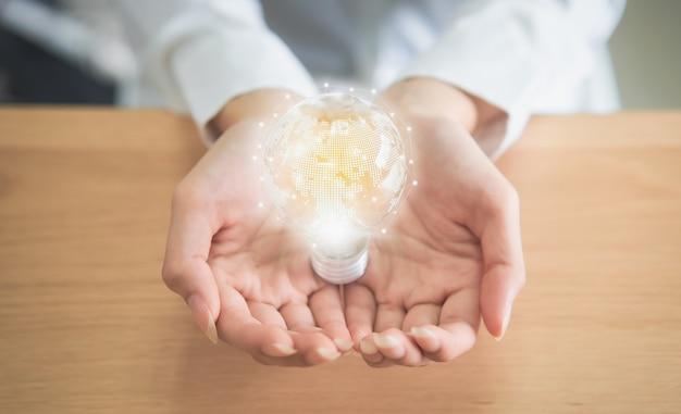 Donna che tiene la lampadina con innovazione e creatività sono le chiavi del successo.