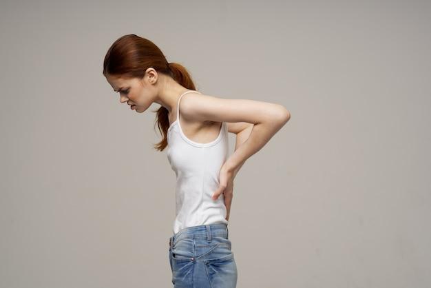 Donna che mantiene la parte bassa della schiena problemi di salute medicina terapia massaggio. foto di alta qualità