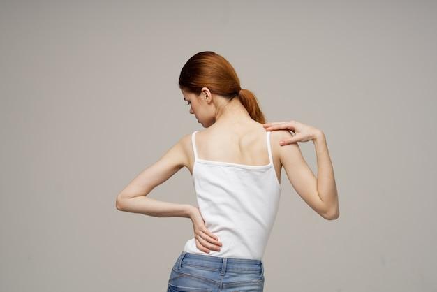 Donna che mantiene la parte bassa della schiena problemi di salute medicina terapia massaggio