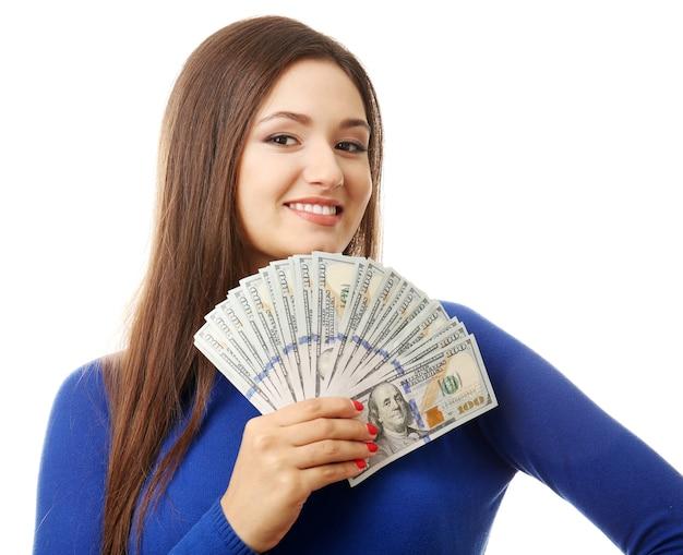 Donna che tiene soldi isolati su bianco