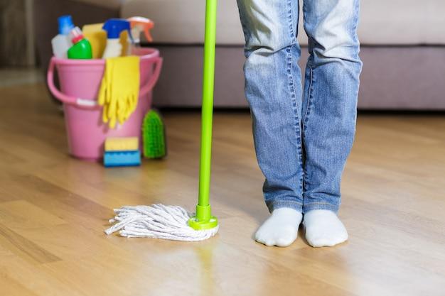 Donna che mantiene mop a casa