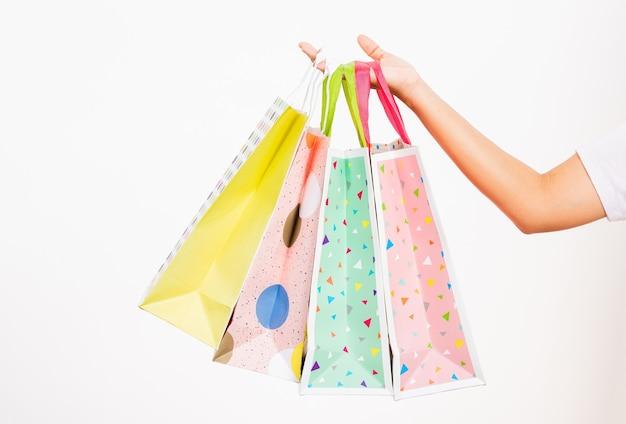 Donna che mantiene i sacchetti della spesa multicolori