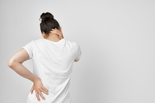 Donna che si aggrappa al collo sanitario isolato sfondo