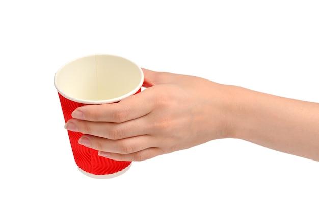 Donna e tenendo la tazza di carta per varie bevande isolate su bianco.