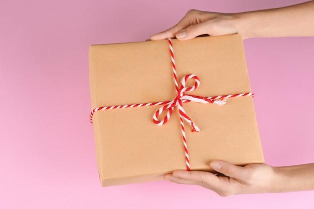 Donna che tiene il pacco su sfondo colorato