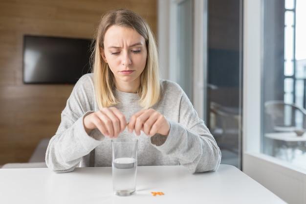 Donna con in mano pillole e bicchiere di acqua fresca fresh