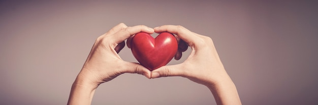 Donna che mantiene cuore rosso, giornata mondiale del cuore