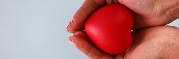 Donna che tiene cuore rosso