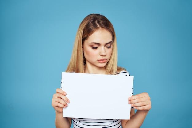 Donna che mantiene il foglio di carta a righe t-shirt copy space ritagliata vista blu.