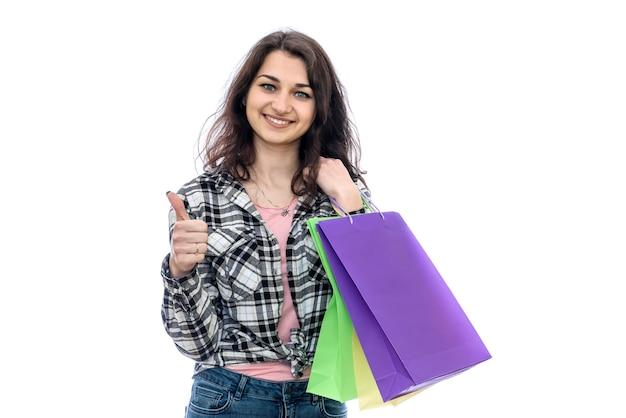 Sacchetti della spesa della holding della donna isolati su bianco