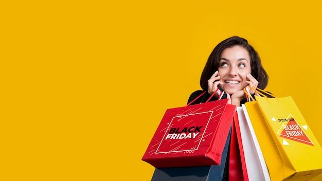Donna che tiene le borse della spesa con copia spazio