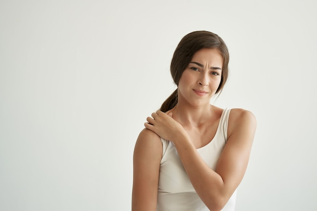 Donna che tiene la spalla problemi di salute massaggio dolore