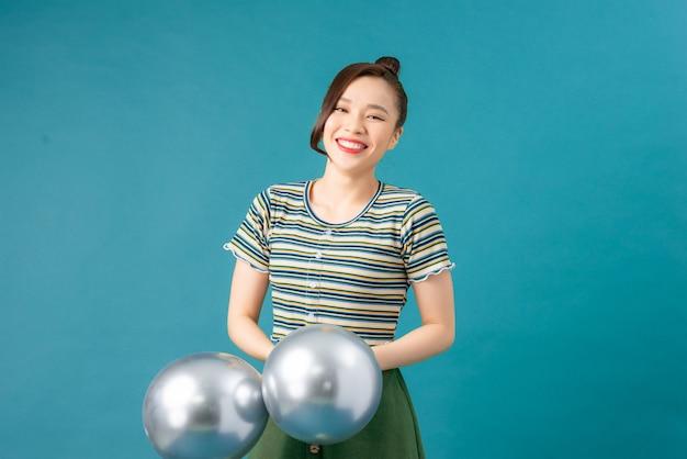 Una donna con palloncini color argento