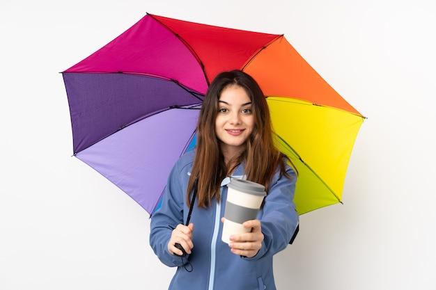 Donna che tiene un ombrello e che tiene caffè
