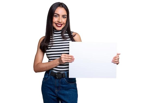 Donna che mantiene segno bianco, isolato su sfondo bianco con spazio per il testo.