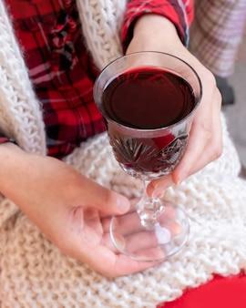 Giorno di san valentino del nuovo anno di vetro rosso di vino della tenuta della donna
