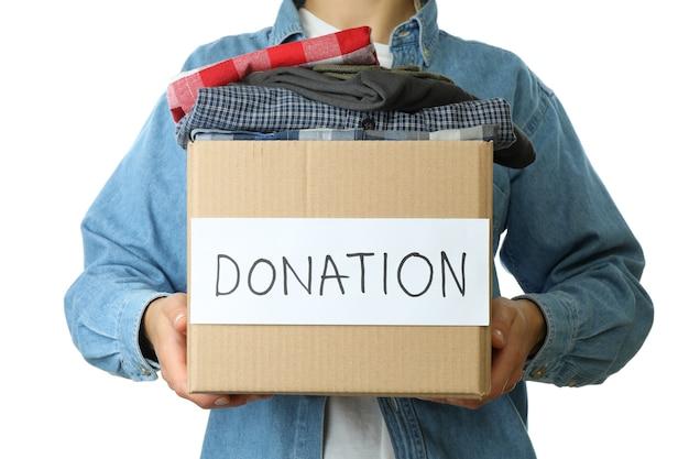 La donna tiene la scatola delle donazioni, isolata su sfondo bianco