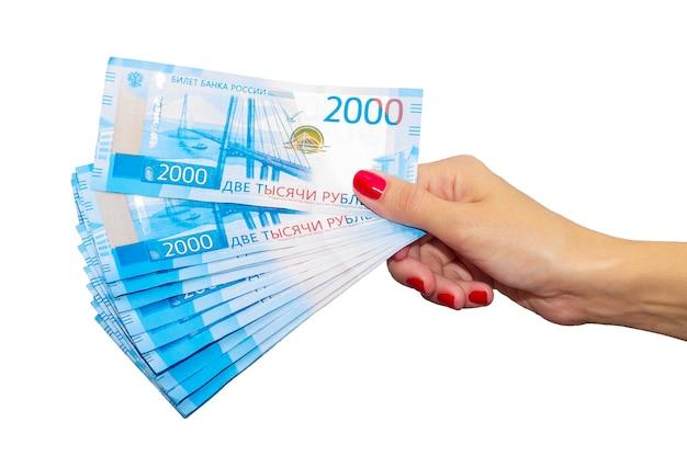 La donna tiene nelle mani del denaro russo