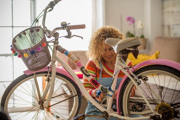 Donna a casa che fa opere d'arte su una bici vintage