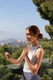 Donna a casa utilizzando il cellulare