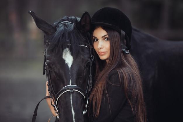 Donna e cavallo nella scuola di equitazione