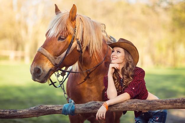 Donna e cavallo. stile retrò selvaggio west