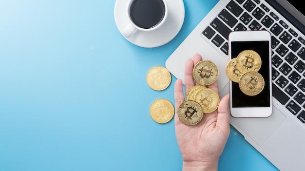 Una donna contabilizza il concetto di denaro isolato sulla scrivania blu pulita dell'ufficio