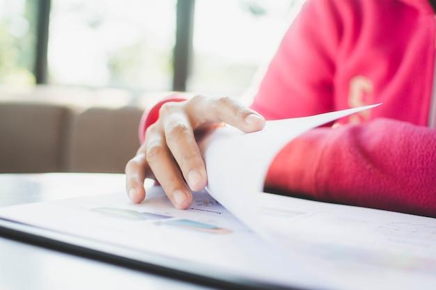 La donna sta controllando il rapporto d'affari in ufficio
