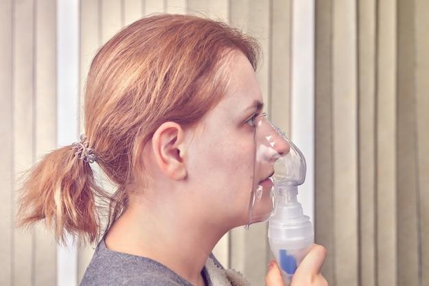La donna sta facendo l'inalazione con la maschera del nebulizzatore, perché ha una malattia interstiziale.