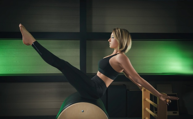 La donna è impegnata nel pilates. fitness e sport