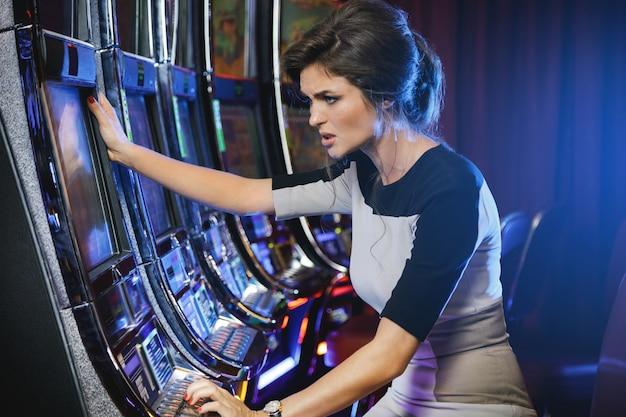 La donna sta perdendo durante il gioco delle slot machine