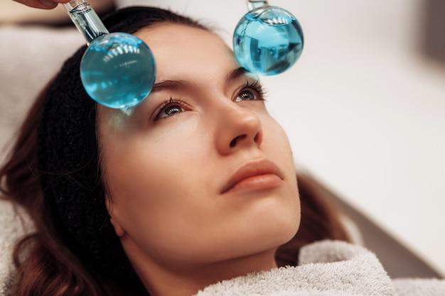 La donna viene massaggiata viso e corpo.