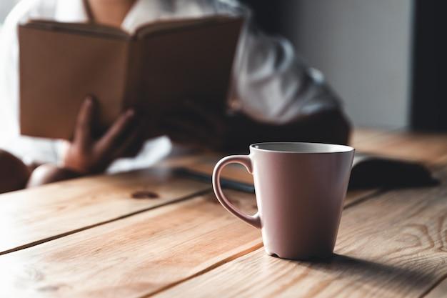 Una donna sta leggendo un libro. istruzione, formazione, apprendimento, hobby.