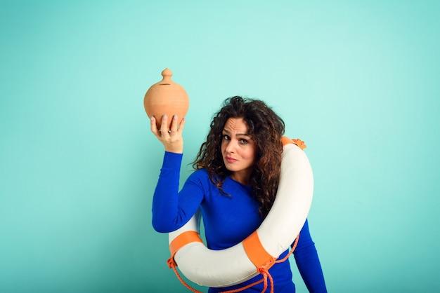 La donna è pronta a salvare il suo salvadanaio dall'annegamento. concetto di fallimento e crisi and