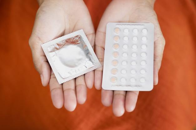 La donna sta usando preservativi e pillole anticoncezionali. prima di fare sesso con il tuo ragazzo ogni volta per prevenire la gravidanza.