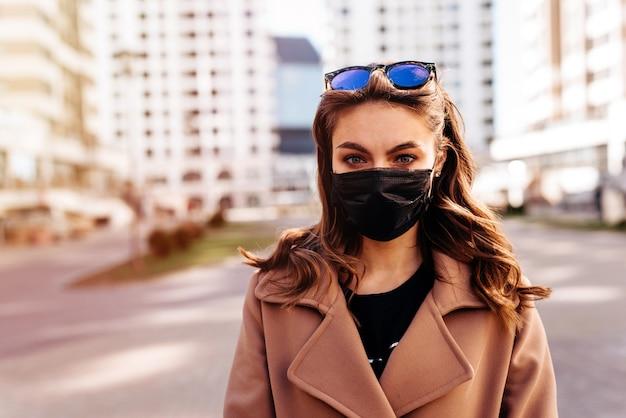 La donna indossa una maschera medica per il viso