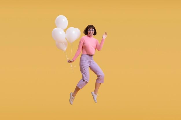 La donna che salta isolato sull'arancio