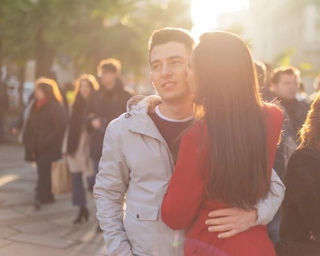 Donna che bacia il suo ragazzo