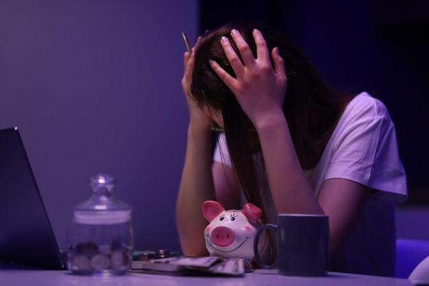 La donna in cucina è triste e conta i soldi che sono finiti al momento sbagliato ritratto