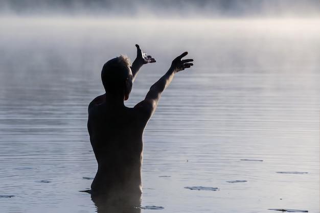 La donna sul lago, all'alba nella nebbia. per qualsiasi scopo.