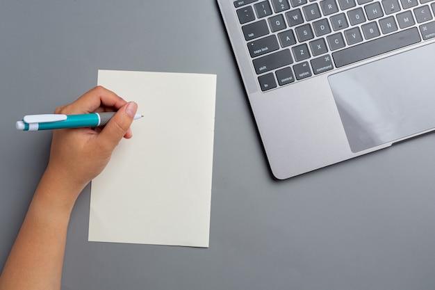 Una donna mano sinistra con una penna. concetto di giorno di sinistra hander.